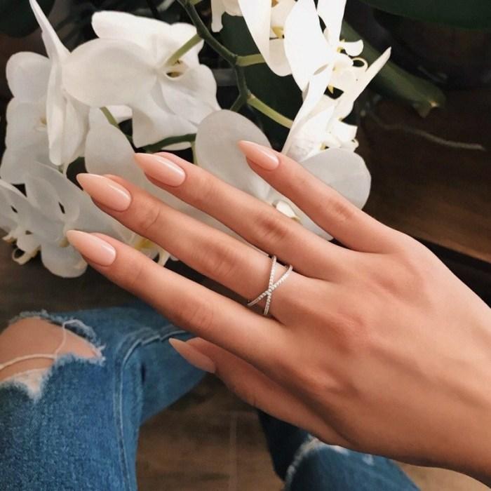 Модные длинные ногти.