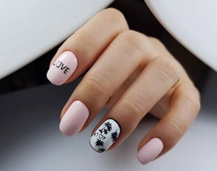 Надписи на ногтях.