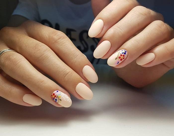 Нежный дизайн ногтей.