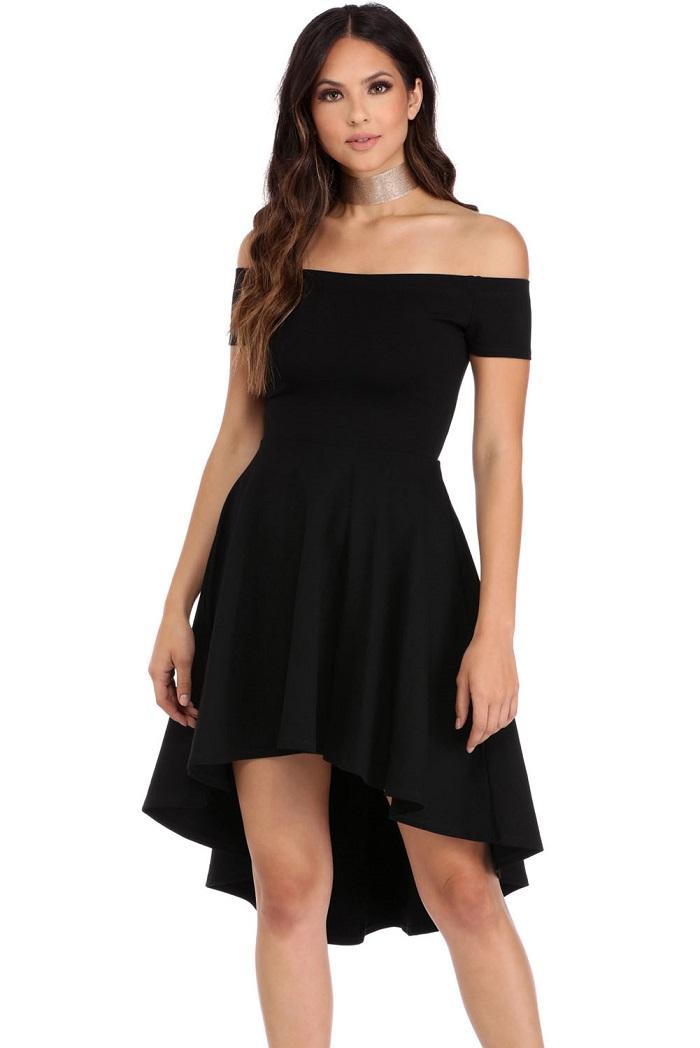 Черное платье с открытыми плечами.