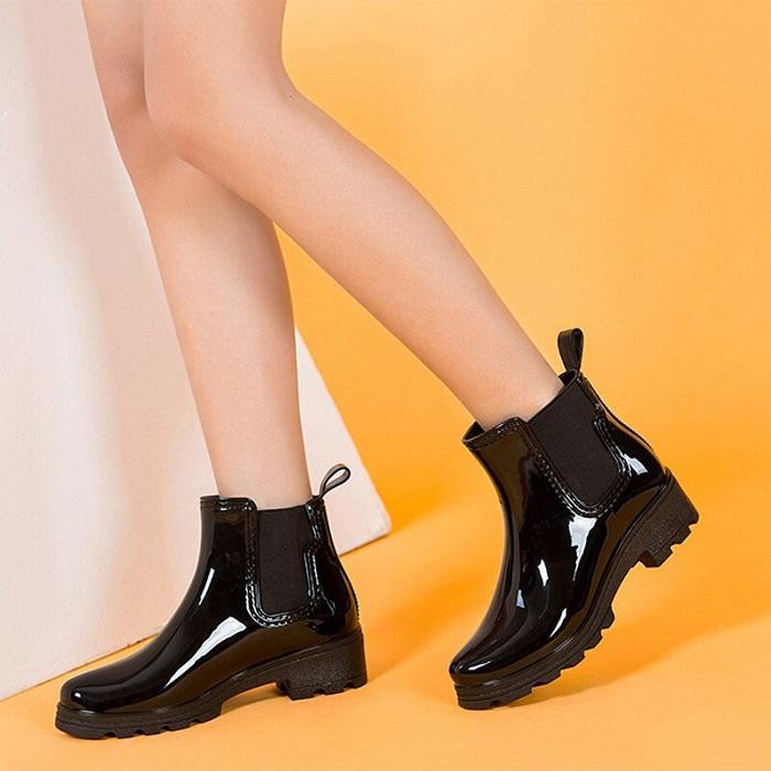 Модные резиновые сапоги черного цвета.