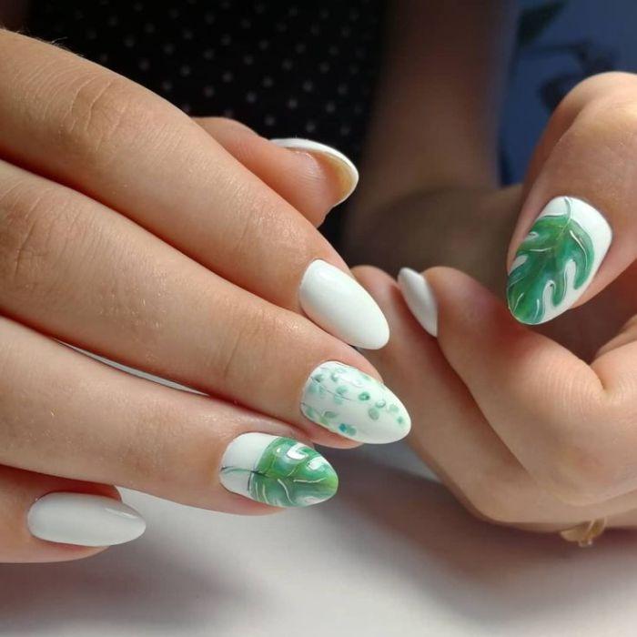 Листья на длинных ногтях.