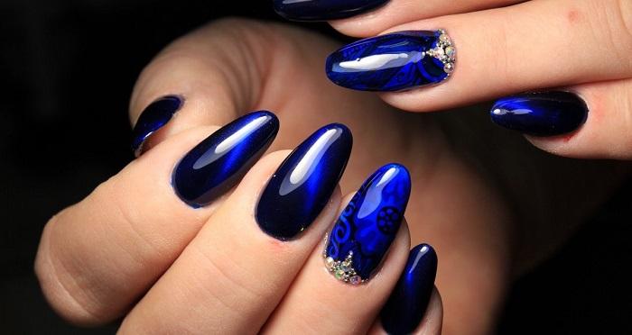 Синий дизайн длинных ногтей.