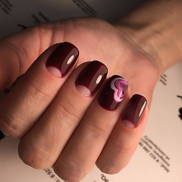Лунный дизайн на короткие ногти.