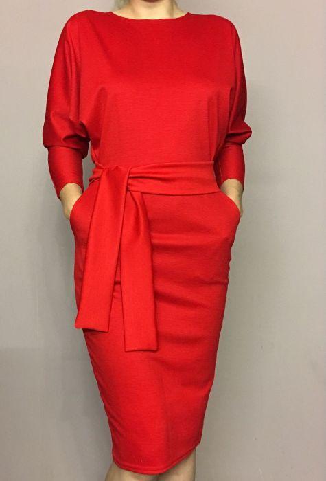 красное платье с поясом.