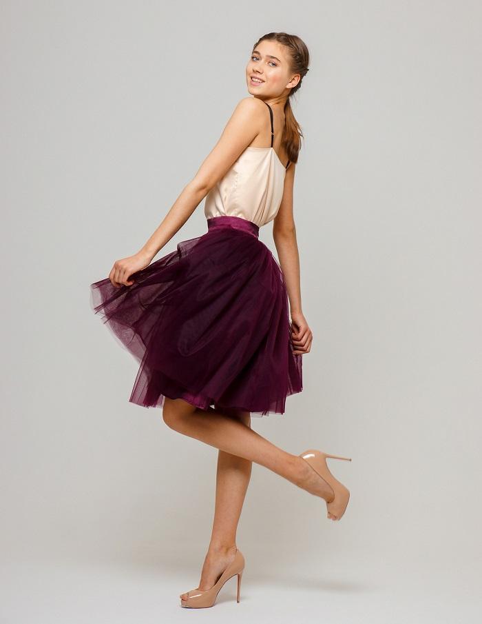 Пышная юбка винного цвета.