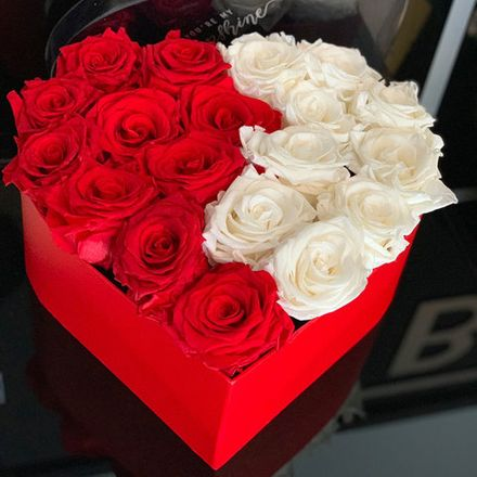 Путь к сердцу женщины лежит не через бриллианты, а через духи, косметику и цветы. Выбрав удачную композицию, можно влюбить в себя без слов.